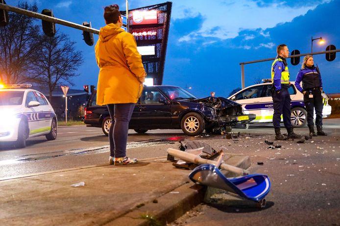 Flinke schade na een aanrijding op de kruising Zutphensestraat met de Laan van Erica in Apeldoorn