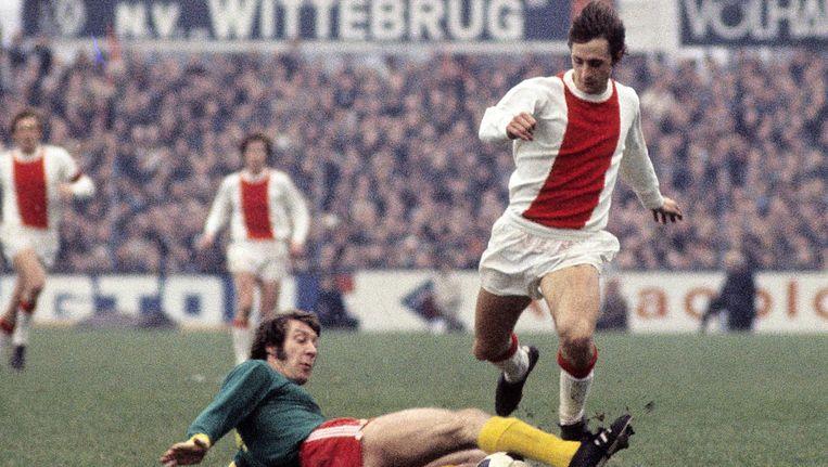 Johan Cruijff (Ajax) in duel met Aad Mansveld (FC Den Haag), 1971/1972. Beeld anp