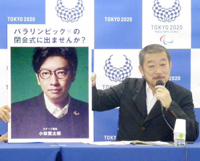 Hiroshi Sasaki, baas van de Paralympische Spelen toont in 2019 een portret van Kentaro Kobayashi.