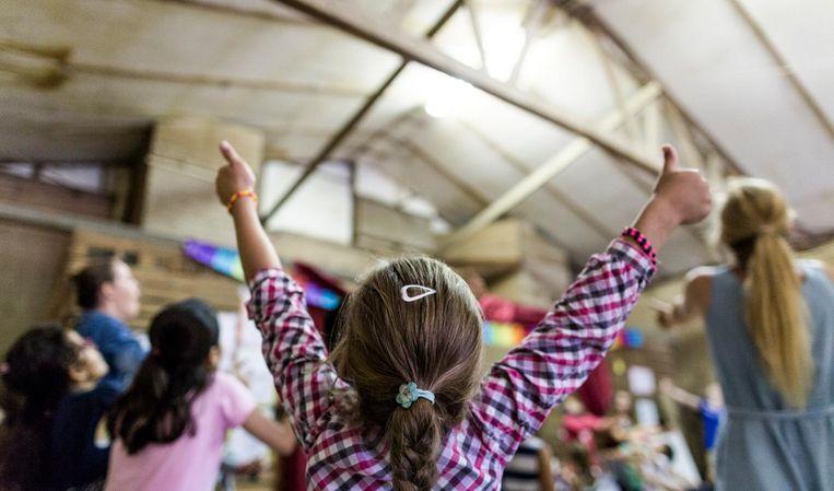 Kinderen spelen op de laatste dag van de vakantiebijbelweek in Luttelgeest. Beeld Freek van den Bergh / de Volkskrant