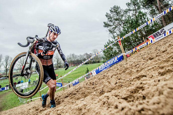 Twan van den Brand wint de zware veldrit in Huijbergen, door vanaf het begin zijn krachten te sparen, waardoor hij in de slotfase de wedstrijd naar zijn hand kon zetten. Foto: Joris Knapen | Pix4Profs