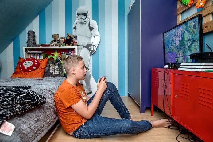 Christiaan Bakker (13) kan op zijn kamer zijn eigen ding doen.
