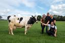 De familie Eijkelenboom in Giessenburg met een van de koeien die al 100.000 kilo melk heeft 'geleverd'.