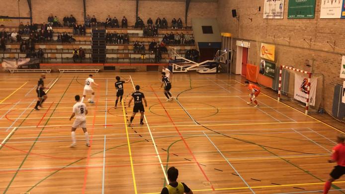 Groene Ster Vlissingen (witte shirts) in de aanval tegen Futsal Apeldoorn.