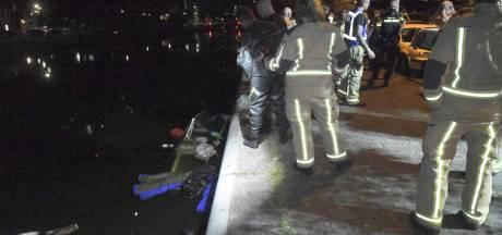 Brandweer redt slapende mannen op zinkend bootje