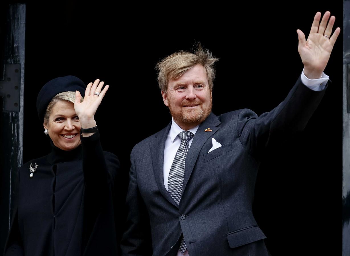 Koning Willem-Alexander en koningin Maxima arriveren bij het Paleis op de Dam voor de Nationale Dodenherdenking op 4 mei.