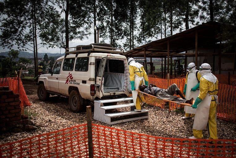 Gezondheidswerkers met een ebola-patiënt in Butembo, DR Congo.  Beeld AP