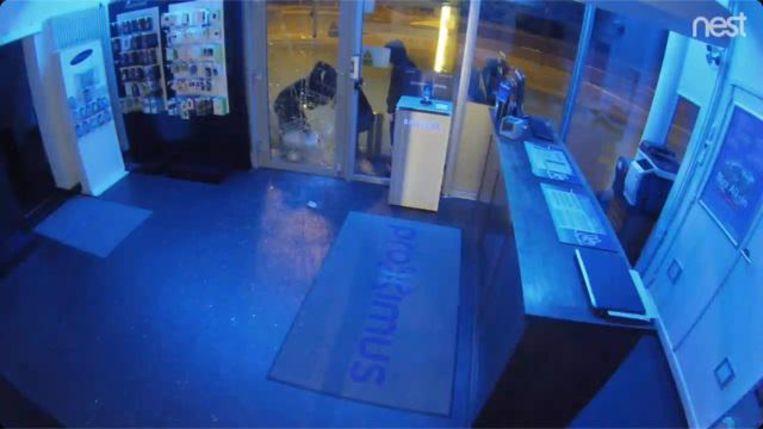 Op camerabeelden van de Proximuswinkel in Sint-Denijs-Westrem is te zien hoe de vier inbrekers de glazen deur inslaan met een riooldeksel.