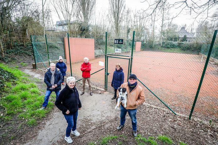Buurtbewoners en Natuurpunt protesteren tegen de bouw van een tennishal bij het Astridpark in Nieuwpoort
