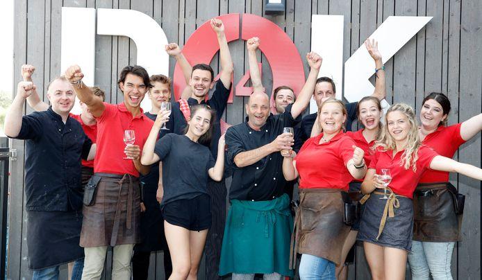 Een deel van het 35 koppige personeel van Dok 14 viert het beste strandpaviljoen van Nederland alcoholvrij, want er moet ook gewerkt worden.