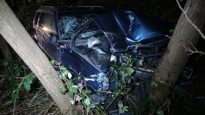In Havelte is een personenwagen uit de bocht gevlogen en in het bos tot stilstand gekomen. Daarbij raakte in elk geval 1 persoon gewond.