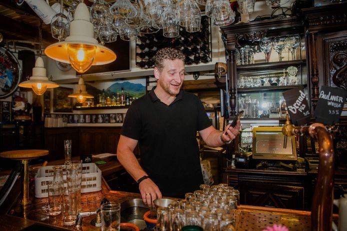 Martijn Koot - uitbater van Café Anneke in Wijchen - houdt zich nu bezig met afhaalmaaltijden. Onder de noemer 't Panneke van Anneke staan er allerlei wereldmenu's op de afhaalmenukaart.