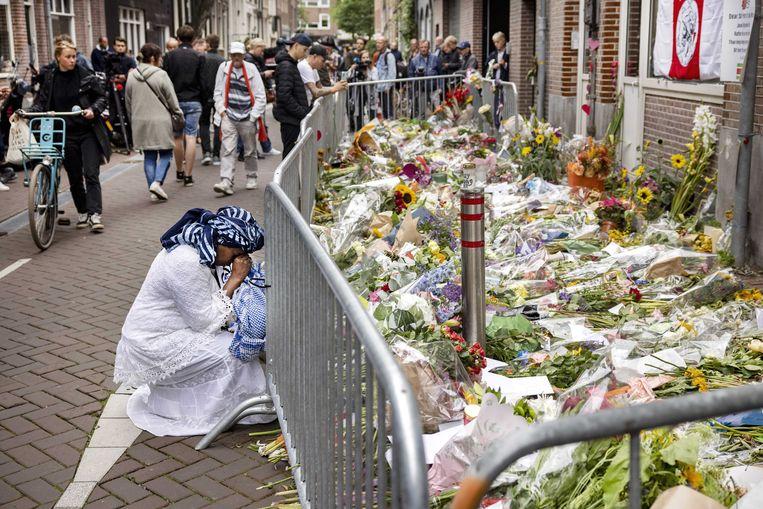 Een bloemenzee in Amsterdam voor Peter R. de Vries. Beeld ANP