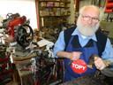 Vader Joseph Dewulf uit Sleidinge, op een beeld van bijna tien jaar geleden. Hij werkt nog altijd als schoenmaker.