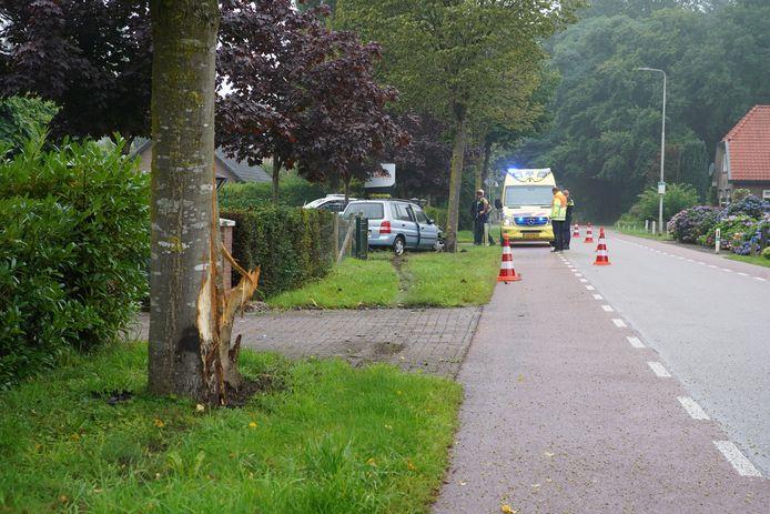 Een vrouw ramde twee bomen in Almen nadat zij de macht over het stuur verloor.