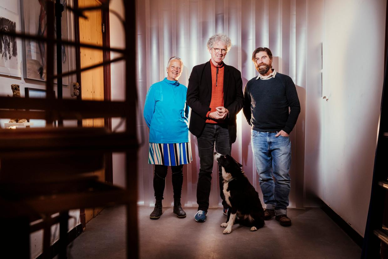 Alain Platel (midden) van les ballets C de la B met dramaturg Hildegard De Vuyst en tentoonstellingsmaker Pierre Muylle. Beeld © Stefaan Temmerman