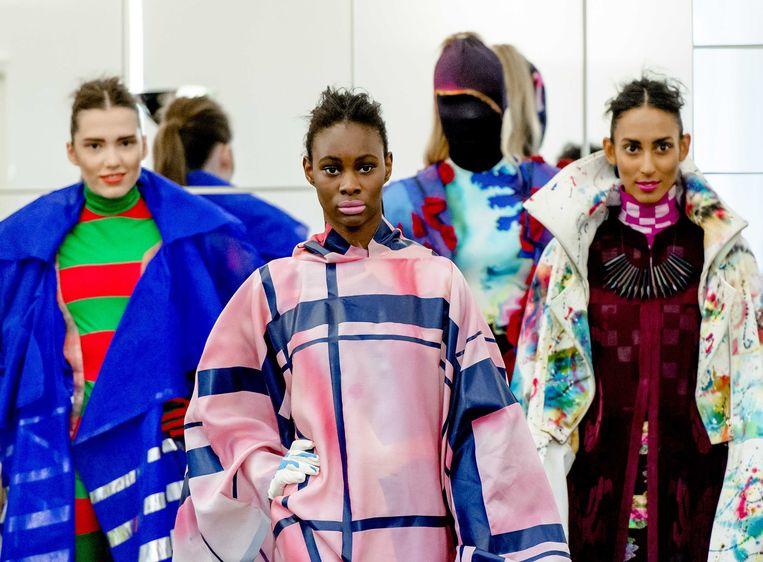 2013-07-10 AMSTERDAM - Modellen tonen de creaties van ontwerpster Liselore Frowijn (L), winnares van de 18e Frans Molenaar-prijs. De prijs wordt jaarlijks uitgereikt aan een jonge ontwerper met couturetalent. Aan de prijs is een geldbedrag van 10.000 euro verbonden. ANP KIPPA ROBIN VAN LONKHUIJSEN Beeld null