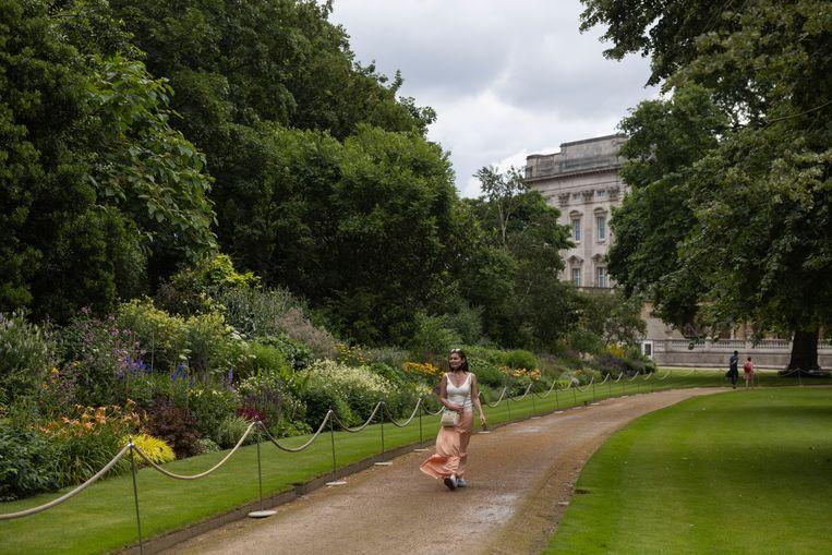 De tuinen van Buckingham Palace zijn open voor publiek omdat de State Rooms vanwege corona niet bezocht kunnen worden  Beeld Getty Images