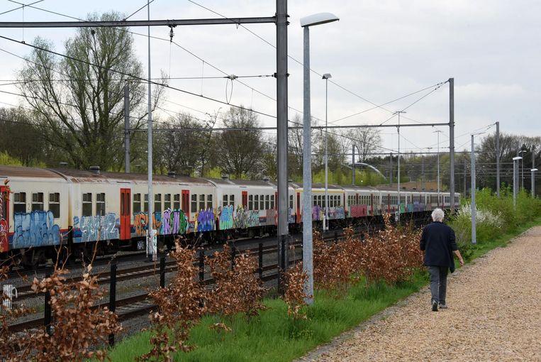 Een treinstel vol graffiti aan het station van Turnhout.