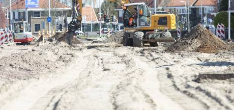 Met mondkapje op rioolbuizen afgekoppeld; bij reconstructie Schoolstraat in Almelo