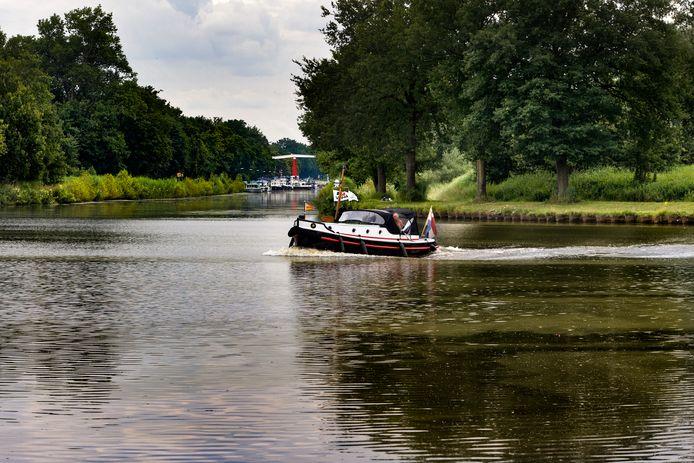 De plek waar de twee kanalen kruisen. Links 't Gulden Land, op de achtergrond de passantenhaven en de brug bij Aarle-Rixtel.