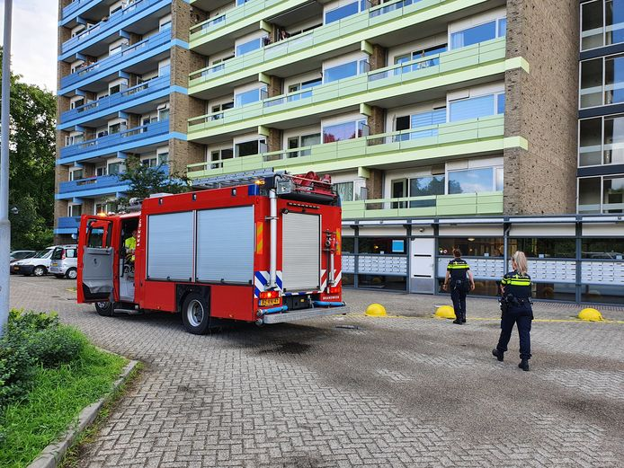 De brandweer had het vuur in de flat aan de Oude Dukenburgseweg in Nijmegen snel onder controle.