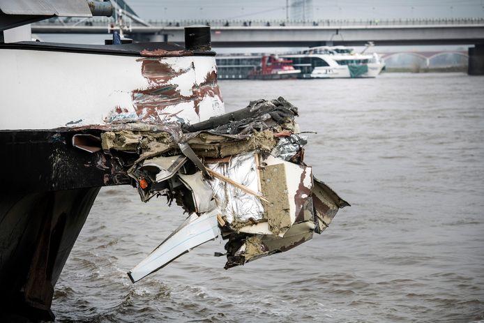 De 'hap' die uit de Edelweiss is genomen, hangt nog aan de  romp van het vrachtschip.