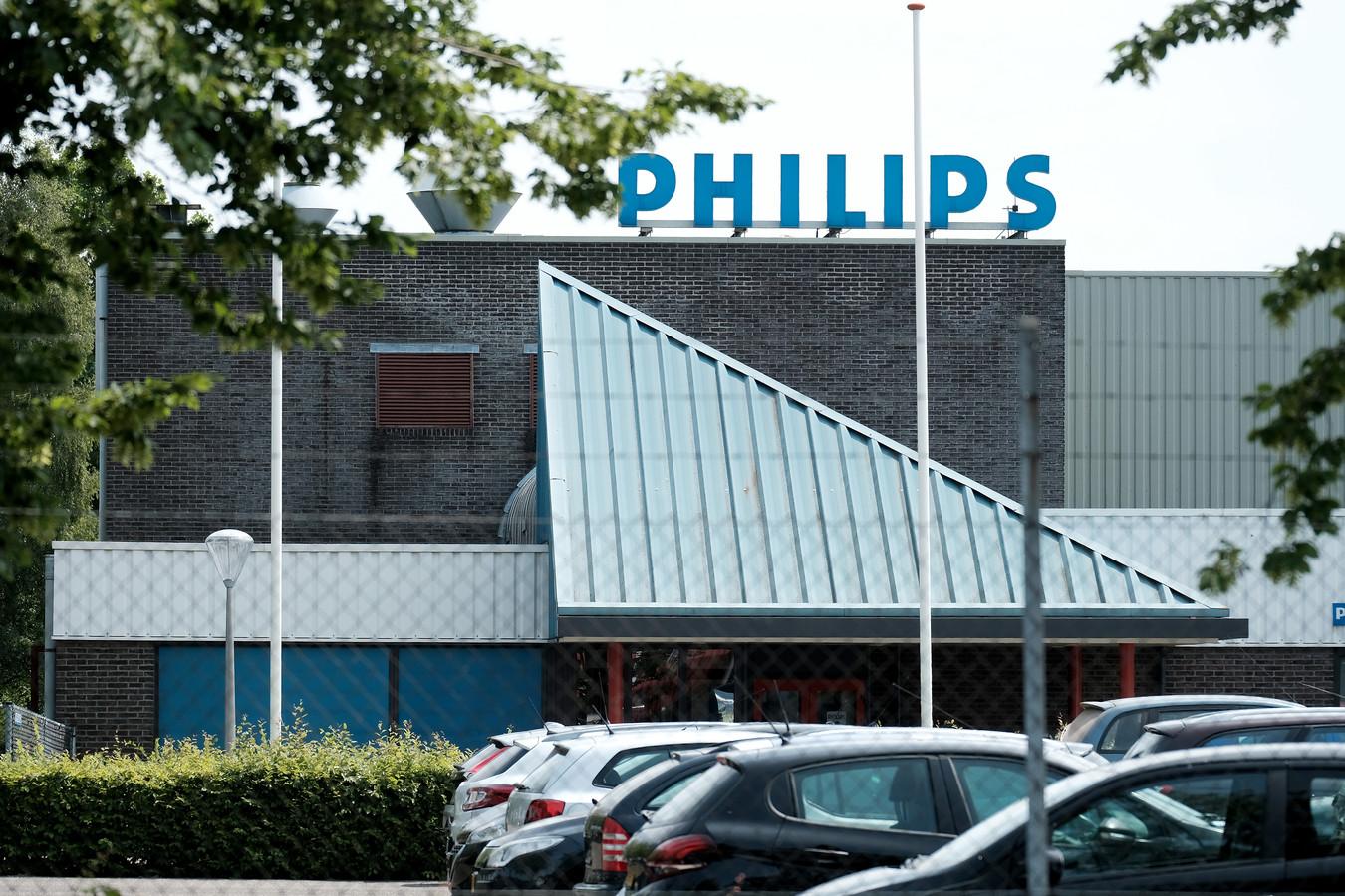 De voormalige Philips-fabriek in Winterswijk, op deze foto uit 2017 nog met het oude logo op de gevel, sluit haar deuren. 95 medewerkers belanden daardoor op straat.