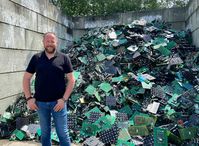 Ook particulieren kunnen voortaan oude apparaten binnenbrengen bij GRSE, een Schotens recyclagebedrijf voor elektronica en elektrische toestellen. Op foto: bedrijfsleider Tim Van den Bosch