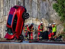 Waarom dit merk nieuwe auto's van 30 meter hoogte te pletter laat storten