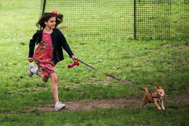 Suri met haar hond in een New Yorks park.