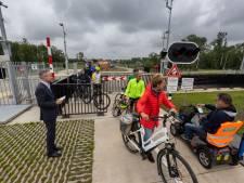 Fietsers staan te dringen bij opening van passage over de Reevesluis tussen Dronten en Kampen