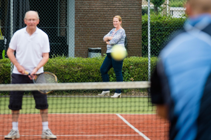 Tennisvereniging Heino en de bouwer van het clubgebouw voor de tennissers liggen met elkaar in de clinch.