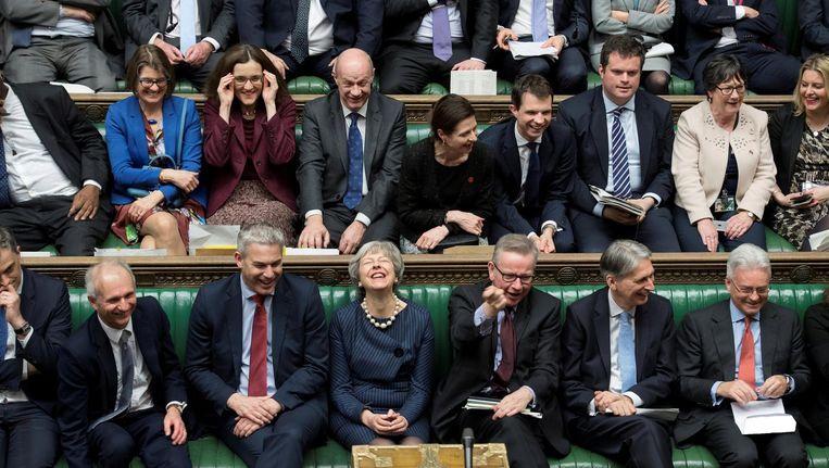 Er viel voor premier May (midden, eerste rij) donderdag zowaar iets te lachen in het Lagerhuis. Beeld Reuters