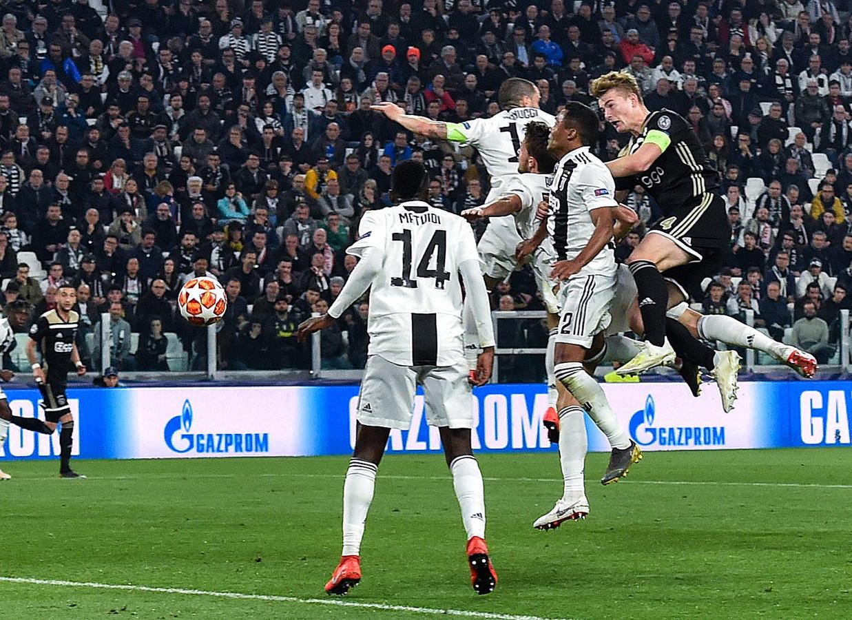 Ajax ging in de laatste knock-out tegen een Italiaanse ploeg (Juventus) door naar de volgende ronde, dankzij een treffer van Matthijs de Ligt.