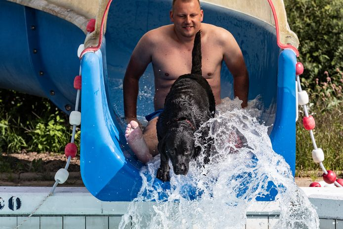 Wilco van Weij met zijn labrador in het Hessenbad in Hoog-Keppel.