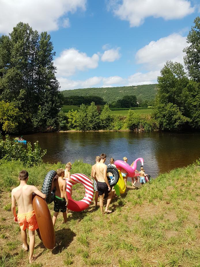 Een traditie van John de Breij: over de Dordogne afdrijven, terug naar de camping