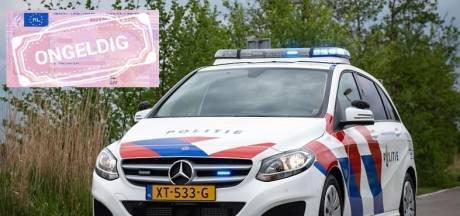 Eigenwijze wegpiraat uit Wezep weet van geen wijken: voor de derde keer gepakt met ongeldig rijbewijs