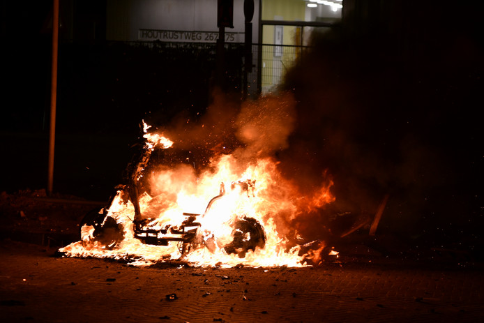 Een scooter gaat in vlammen op in Duindorp