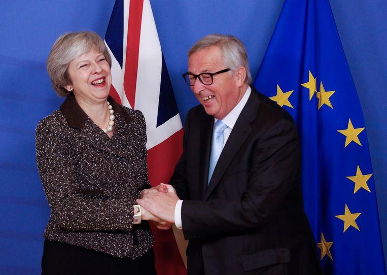Theresa May en voorzitter van de Europese Commissie Jean-Claude Juncker bij hun ontmoeting in Brussel. Beeld EPA