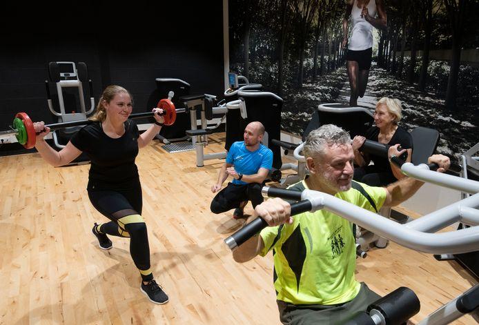 Met z'n allen aan het werk in sportschool Cosyclub Juliën in Tiel.