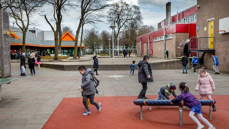Coffeeshop Atlas (oranje gebouw links) ligt op een steenworp afstand van de school. Beeld Jean-Pierre Jans