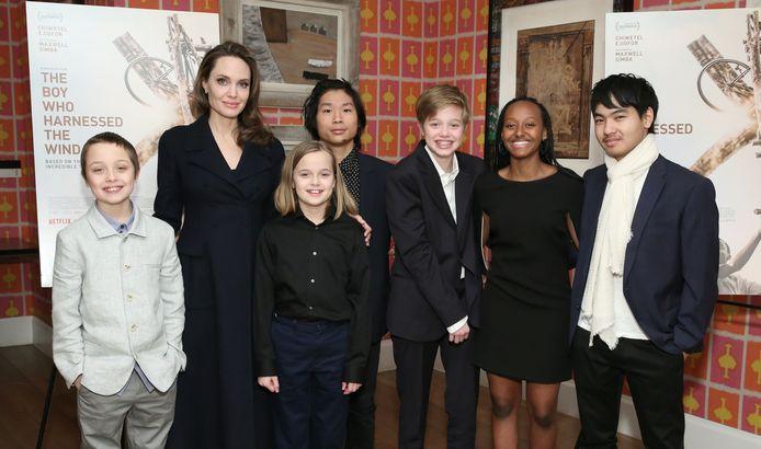 Angelina Jolie en haar zes kinderen.