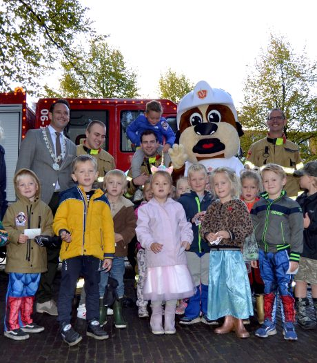 Leerlingen van groep 2 en 3 van basisschool de Rank in Harderwijk krijgen les over brandveiligheid