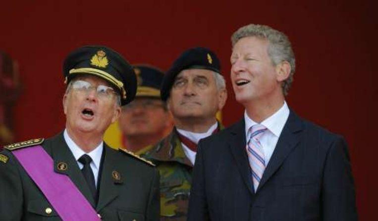 Koning Albert II en Minister van Defensie Pieter De Crem geven hun ogen de kost. Beeld UNKNOWN