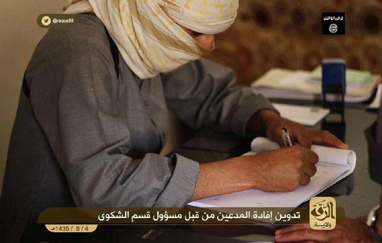 Een agent van de Shurta, de politie van IS.  Beeld videostill