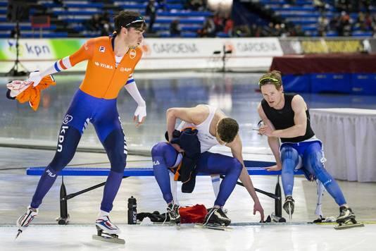 Patrick Roest, Sverre Lunde Pedersen en Sven Kramer op het bankje na de 1500 meter.