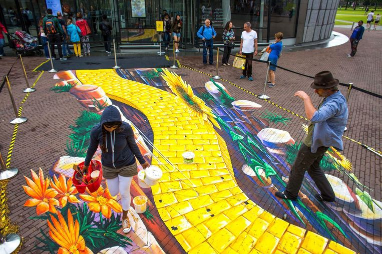 De 'Yellow Brick Road', voor de ingang van het Van Gogh Museum. Beeld Cris Toala Olivares