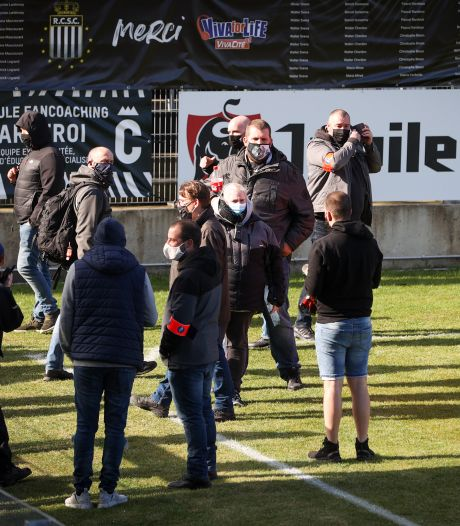Boze supporters bezetten veld Charleroi
