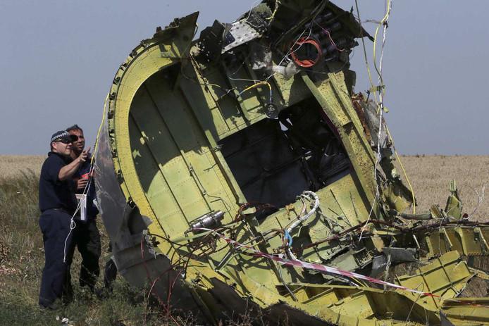 Internationale experts bij de wrakdelen van Malaysia Airlines vlucht MH17.